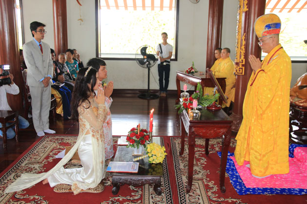 Cô dâu chú rể quỳ trước bàn thờ đọc lời nguyện và nhận lời răn dạy